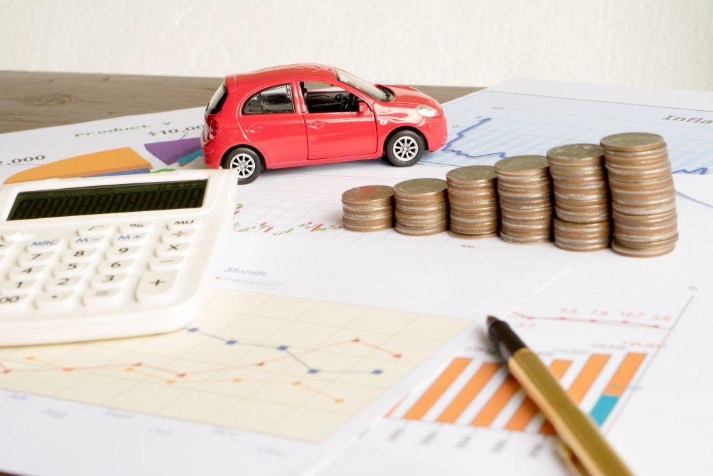 W przypadku samochodu zakupionego na firmę, podatnik może wpisać w koszty, opłaty związane z eksploatacją pojazdu.