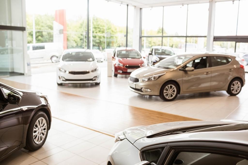 Kupując auto w salonie warto negocjować jego cenę.
